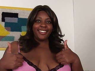 Gorgeous fat ebony momma sticks white dildo up