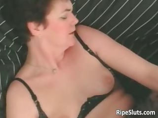 Mature slut gets wet pussy licked dry part1