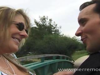 Maman blonde française suce un gar mince en se